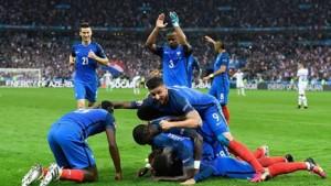 Jugadores de la selección francesa celebran un gol y algunos de ellos llevan vendaje neuromuscular